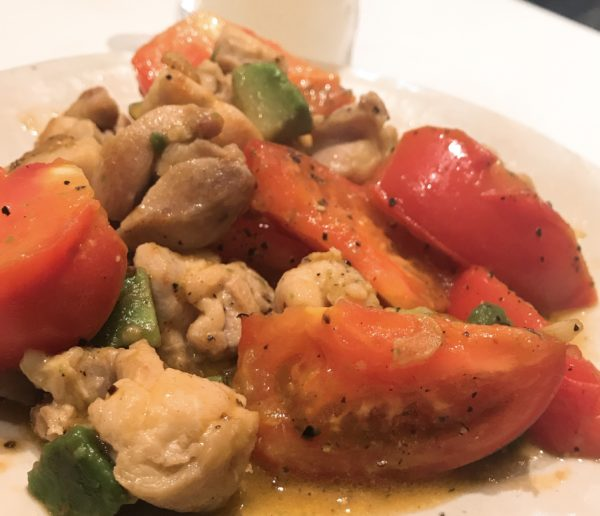 トマトとアボカドの鶏肉炒め